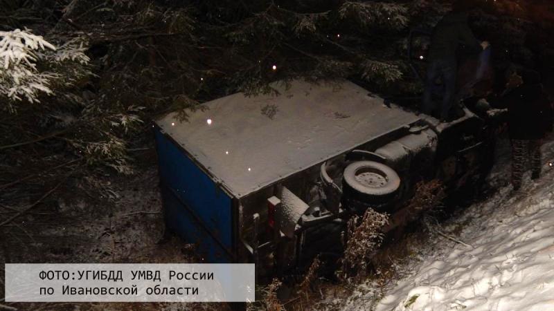 Снег на трассе: ГАЗель с тремя людьми в кабине вылетела с дороги