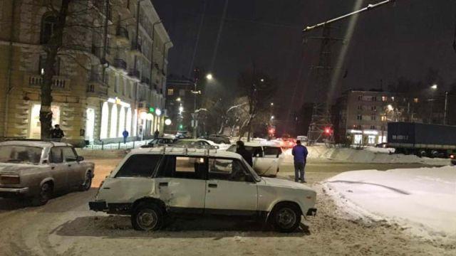 На перекрестке улиц Красных Зорь и Махлевского столкнулись две легковушки