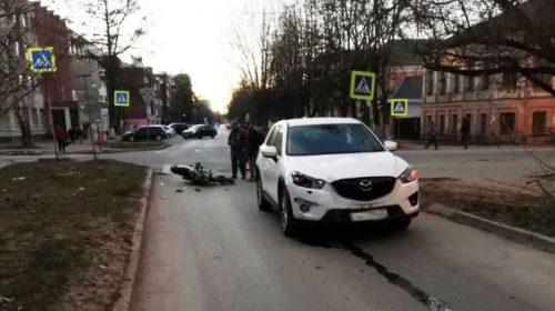 Авария на перекрестке Марии Рябининой-Арсения: Мазда сбила мотоциклиста