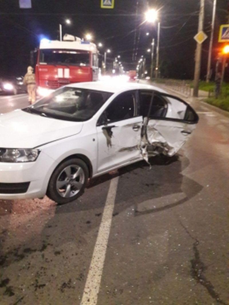 «ВАЗ» на Кохомском шоссе наехал на бордюр, после столкнулся с другим авто