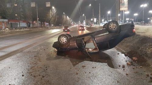 Авария у «Ясеня» на Строителей: Mercedes перевернулся у ТЦ