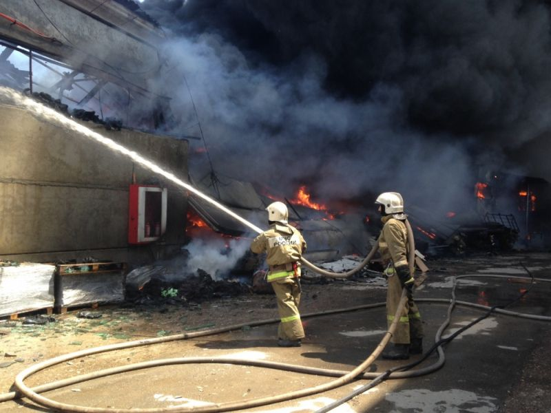 На Калашникова сгорел склад ваты на 150 квадратах
