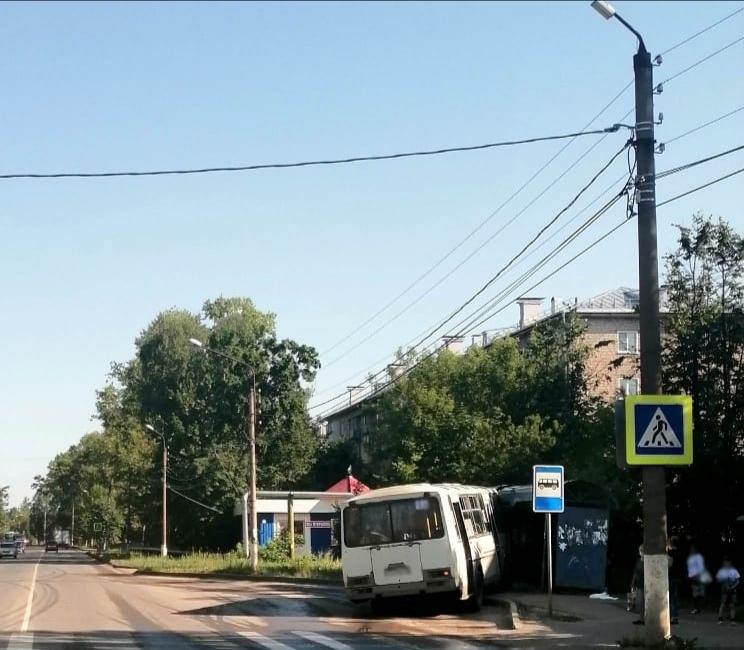 В Шуе автобус врезался в остановку и раздавил ногу женщине