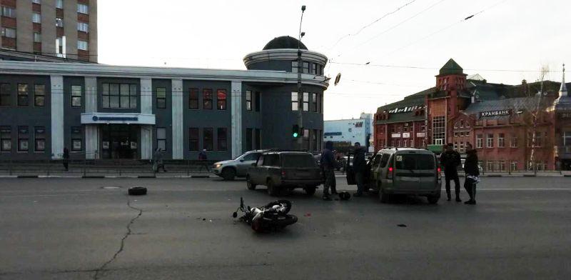 Авария на перекрестке Шереметьевский–Наумова: в больнице оказался мотоциклист