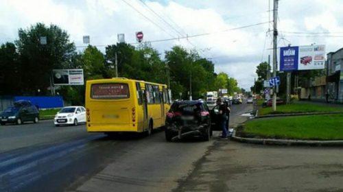 Вчера на Текстильщиков произошло столкновение автобуса и иномарки