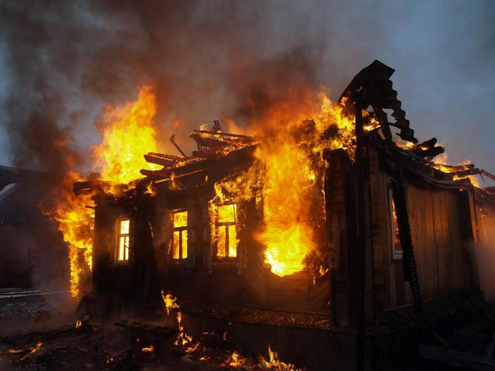 Пожар на Витебской: огонь полностью уничтожил частный дом