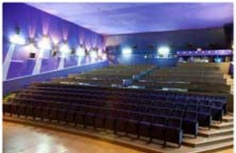 Почему закрыли кинотеатр Искра: приставы арестовали за долги
