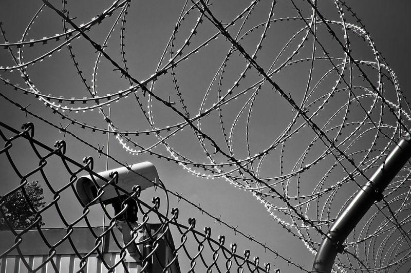 Под Кинешмой мужчина пытался перебросить через забор ИК-4 10 мобильников