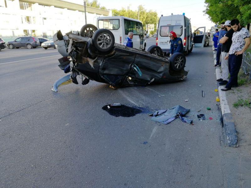 Авария на проспекте Ленина: автомобиль перевернулся на крышу