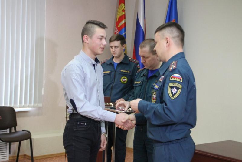 МЧС наградило за спасение людей на пожаре двух школьников