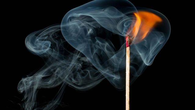 Пожар на Кавалерийской: сумасшедшая пенсионерка жжет костры в квартире
