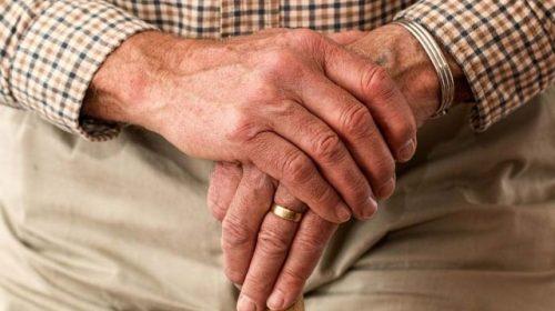 В области женщина забила пенсионера кружкой и украла из носка деньги