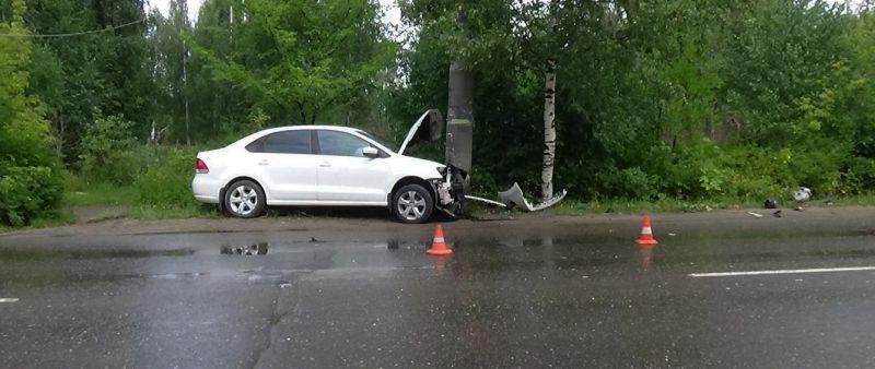 Авария в Кинешме: Фольксваген врезался в столб линии электропередач