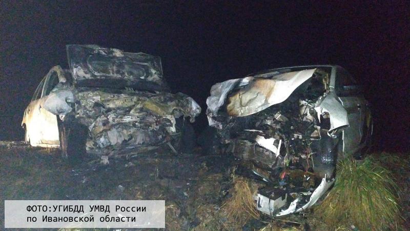 На трассе Иваново-Ярославль Logan сгорел после ДТП с Яндекс.Такси