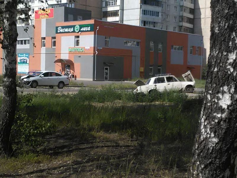 На Кохомском шоссе ВАЗ врезался в иномарку и налетел на люк