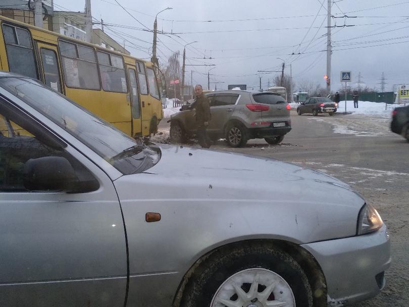 Произошла авария маршрутки на Куконковых — Большевикова с кроссовером