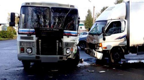 На перекрестке улиц Фрунзе и Люлина грузовик врезался в автобус
