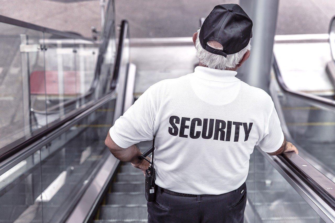 В Иванове пьяный клиент избил охранника магазина