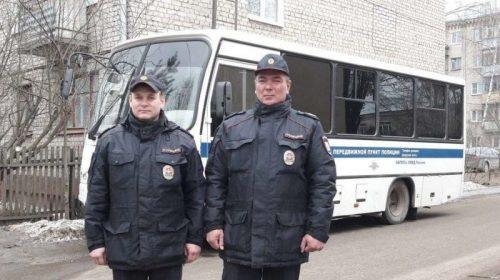 Двое полицейских спасли двух спасающих имущество женщин на пожаре