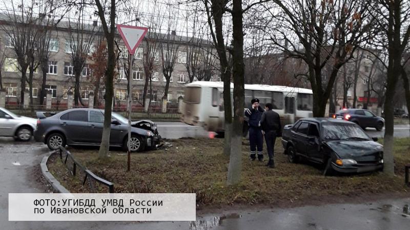 Авария на проспекте Строителей: столкнулись ВАЗ и Mitsubishi
