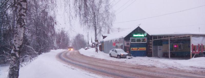 Автомобилист наехал на здание шиномонтажа на 1-ой Отрадной