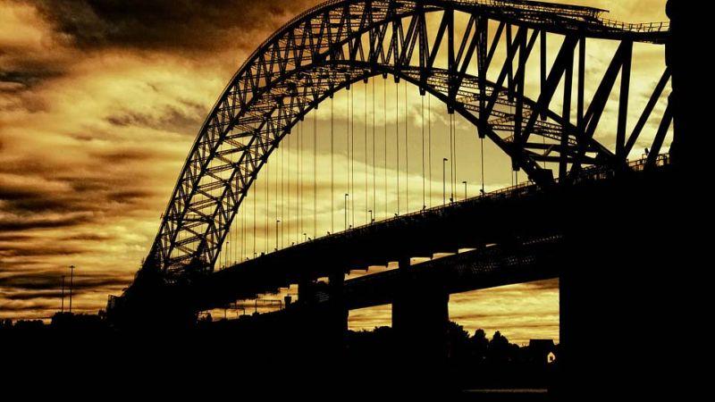 Двое подростков 14-15 лет забрались на арку Никольского моста в Кинешме