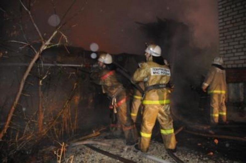 На Чайковского ночью сгорели секционные сараи на 90 квадратах