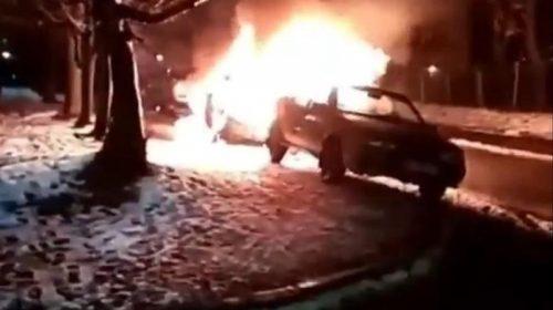В Шуе во дворе дома произошел пожар: повреждены два автомобиля