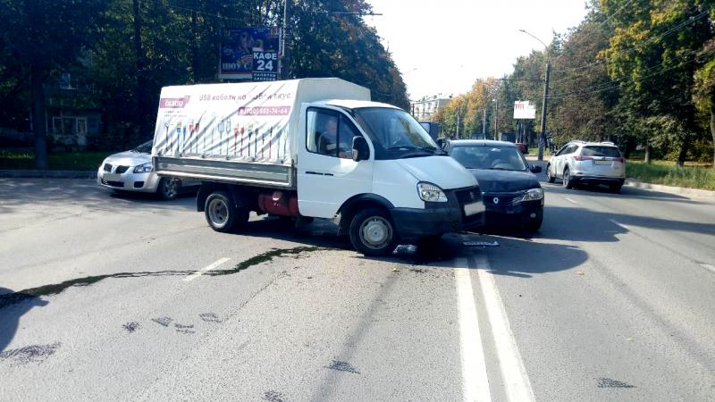 Авария на улице Громобоя: грузовик не уступил дорогу иномарке