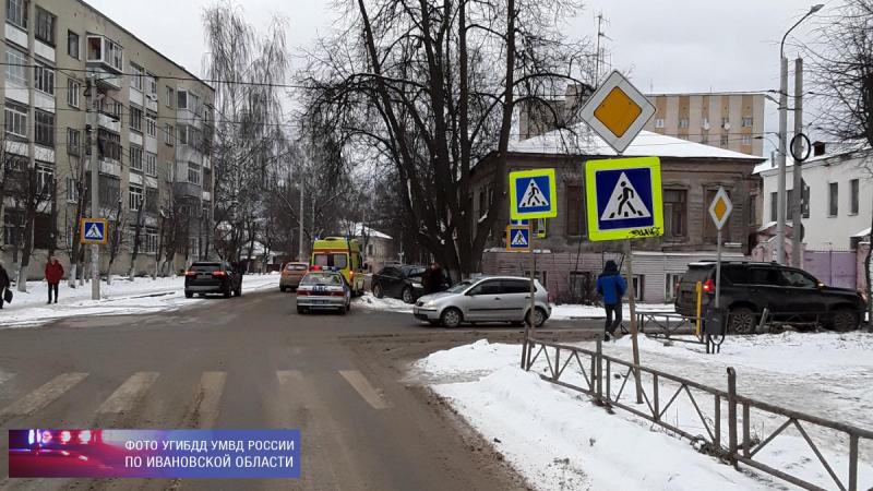 Три человека пострадали в аварии на Рябининой