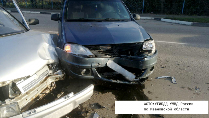 В Родниках автоледи на иномарке врезалась в ВАЗ на повороте