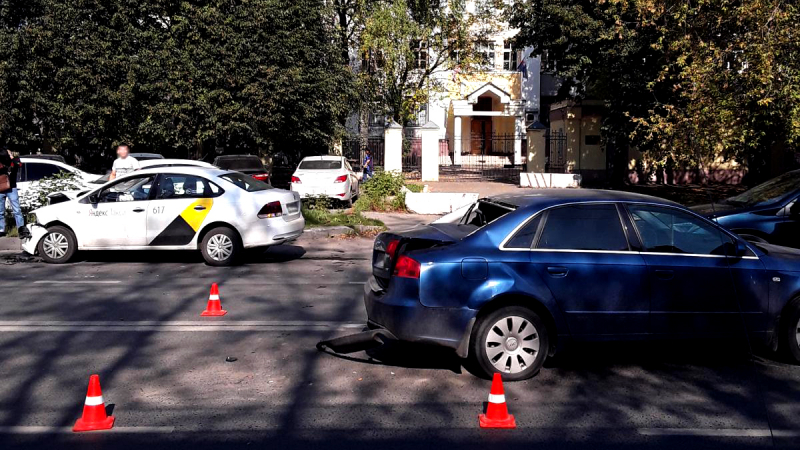 Авария на Велижской: Фольксваген врезался в остановившийся Ауди