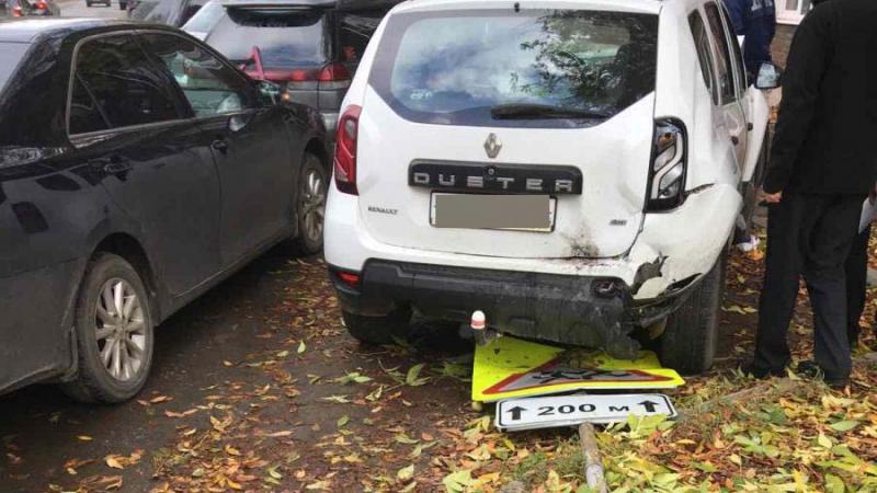 ДТП на Варенцевой: «Рено» столкнулся с «Субару» и налетел на дорожный знак