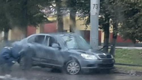 ДТП на проспекте Ленина: иномарка врезалась в столб у дороги
