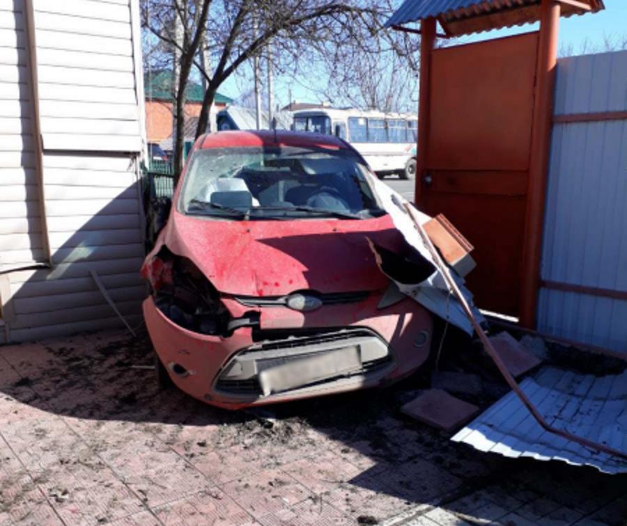 Автоледи врезалась в частный дом из-за автобуса без поворотников