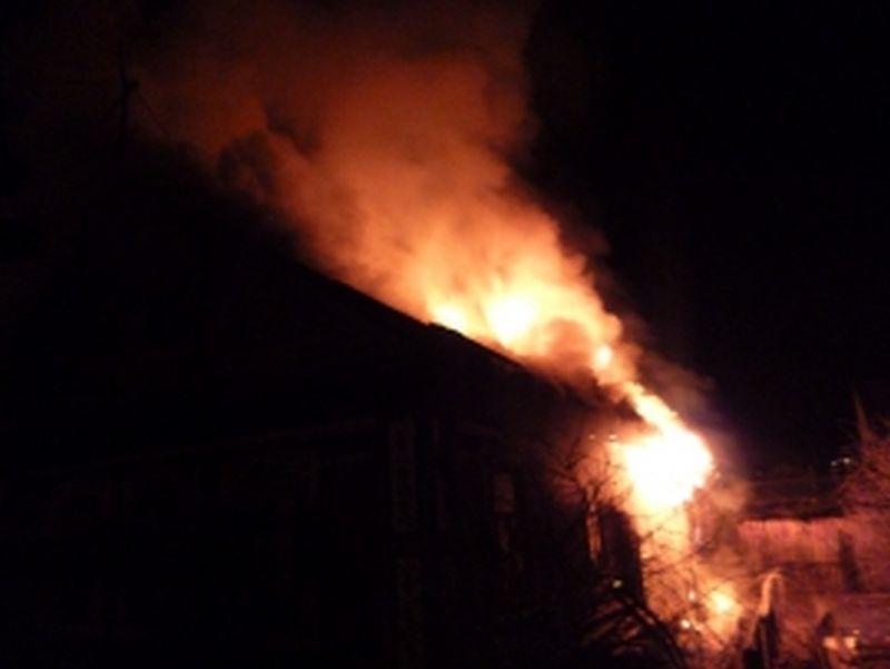 Дом, хоздвор и баня: ночью произошел крупный пожар в Лухе