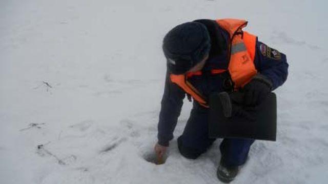 Какая толщина льда на реках: МЧС просит не выходить на зимнюю рыбалку