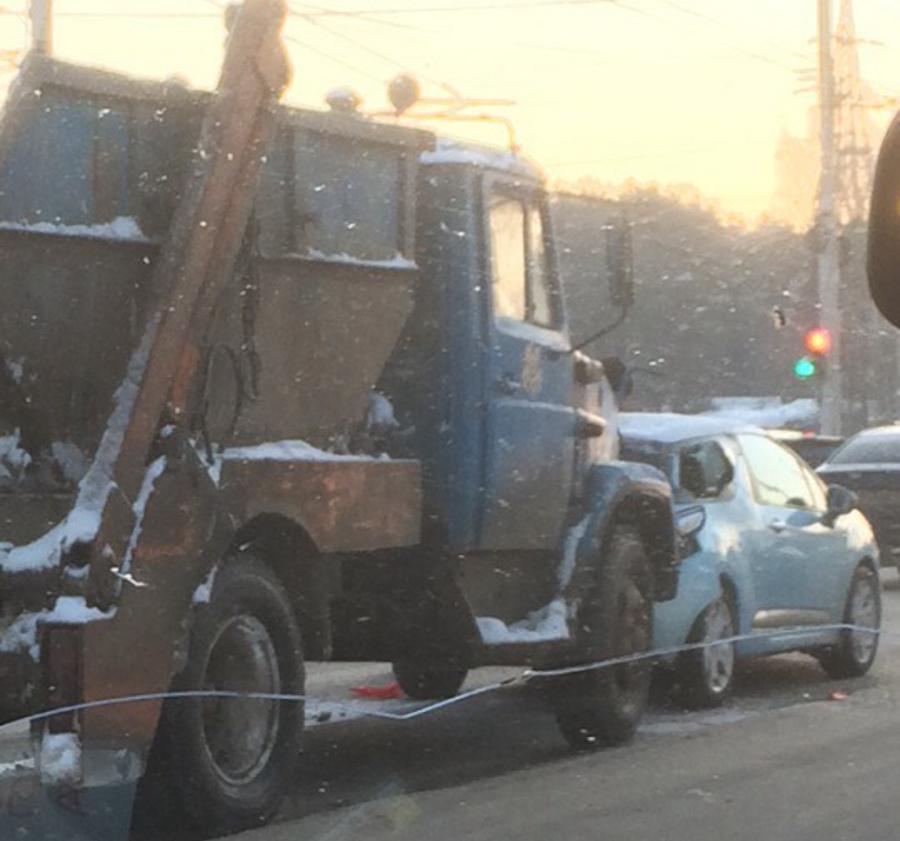 На Куконковых сфотографировали разбивший легковушку мусоровоз
