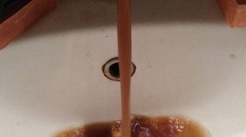 Грязная вода на Строителей: рыжая жидкость текла и в Московском микрорайоне